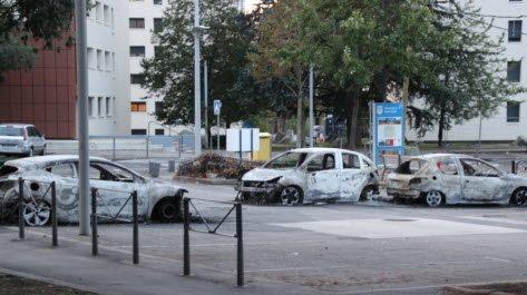 Sur le secteur de la Velette, au moins huit véhicules ont brûlé.  Photo Progrès/Jean Michel PERRIER